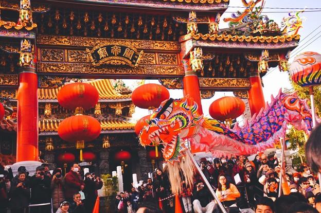 関帝廟前で舞い踊る中国龍舞。。2月28日