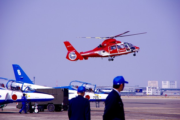 小牧基地航空祭。。名古屋市消防ヘリも負けずにデモストレーション
