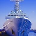 写真: 海からの青が反射。。海上保安庁あきつしま。。5月30日