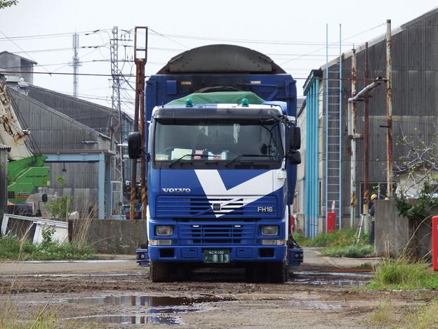ボルボFH16と荷台の24系客車