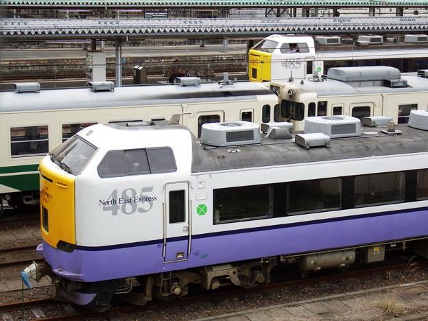 秋田駅~電留線の485系・キハ40系&8番線の485系つがる