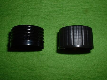 有井での再販にあたりキャップの材質が変更された。LS金属製(左)、有井樹脂製(右) Doburoku-TAO