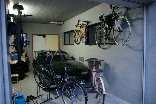手前に自転車を置くとごちゃごちゃしたガレージになる