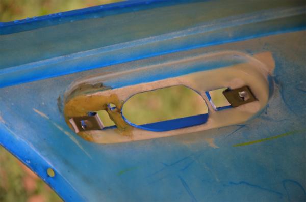 マリナーブルーに付いていたバンパーは、運転席側に補修の跡がある