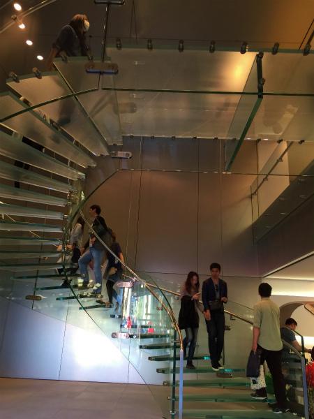 2階へ上がる階段がおしゃれ
