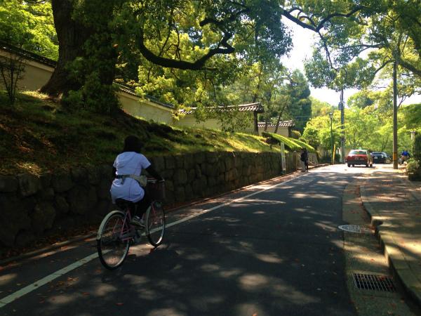 神宮通の小道を登って