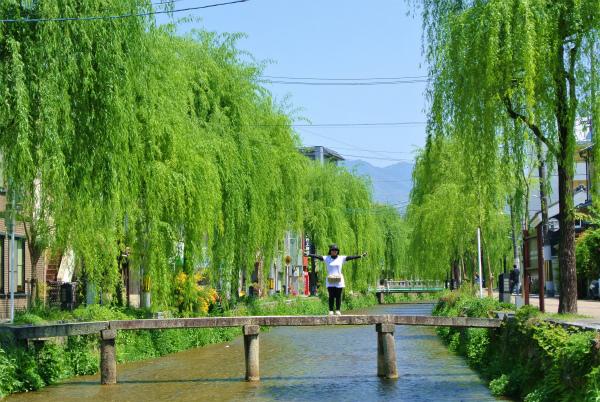 門の前には素敵な川が流れています