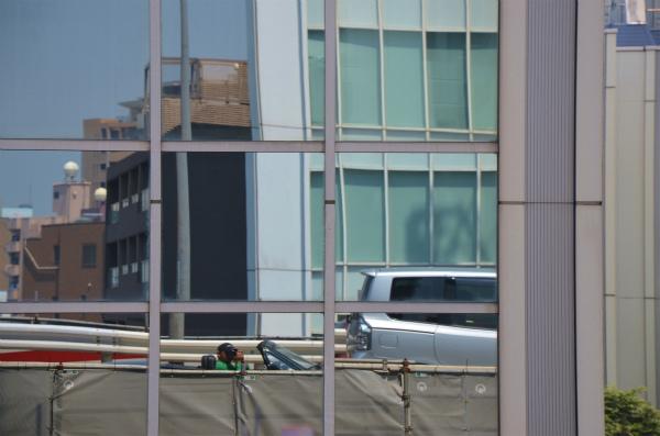 渋滞中の首都高でビルに映ったVR−Bを撮影