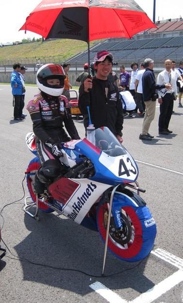 写真: 2014 #43 足立眞衣 NSF250R Hondaブルーヘルメット 全日本ロードレース J-GP3 jrr 95